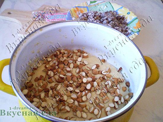 Кладем орехи в пасхальный кулич
