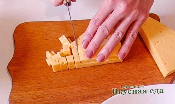 Нарезать сыр в салат