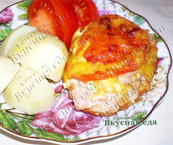 Мясо под сыром с помидорами в духовке