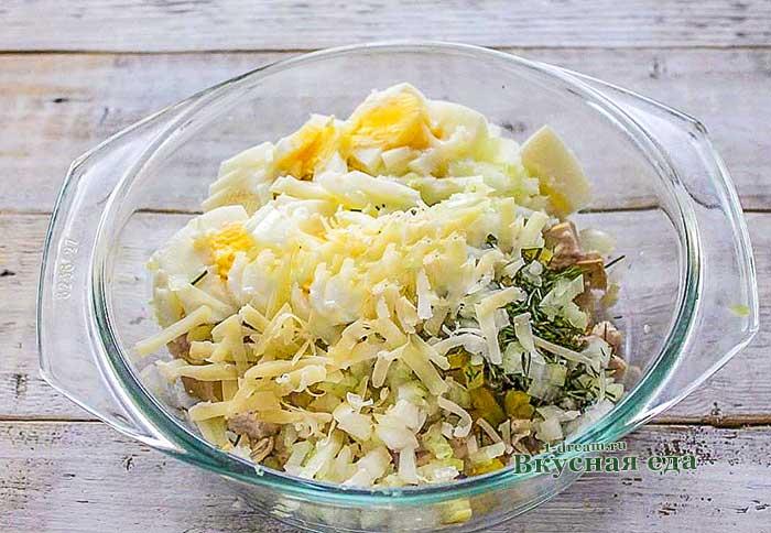 Салат с курицей , сыром и яйцами заправить майонезом