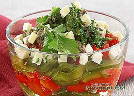 Салат из помидоров и болгарского перца с брынзой