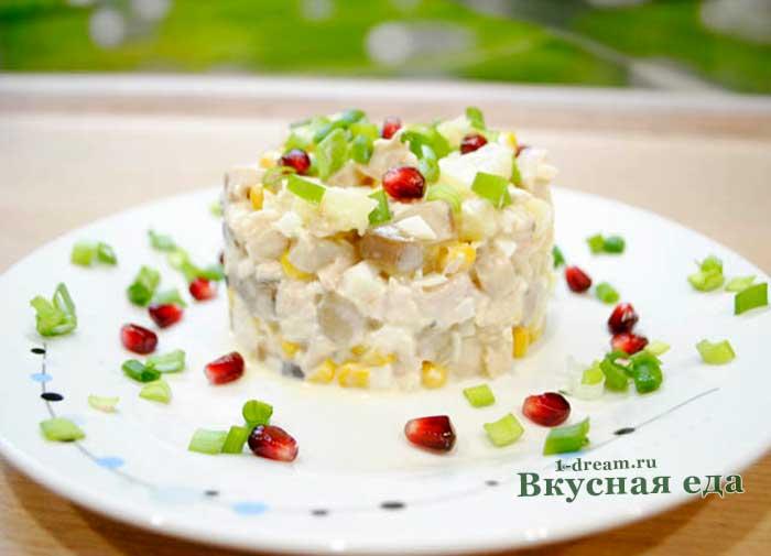Куриный салат с кукурузой и грибами