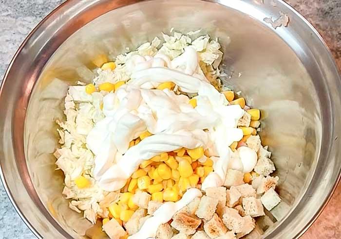 Заправить майонезом салат с бужениной