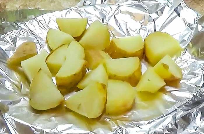 Порезать печеный картофель