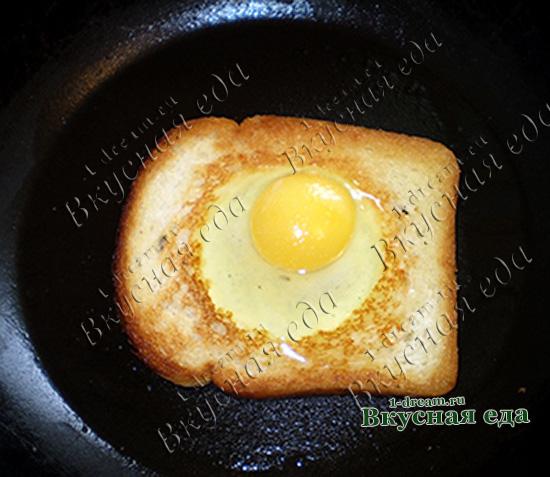 Зажарить яичницу в хлебе