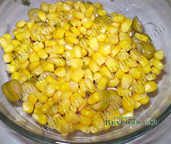 Положить кукурузу в салат с курицей