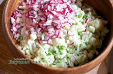 Салат с цветной капустой, зеленым горошком и редисом