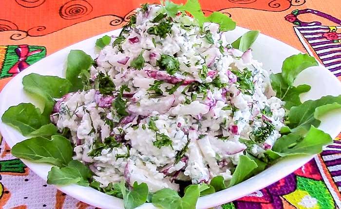 Салат из редиса с творогом и чесноком