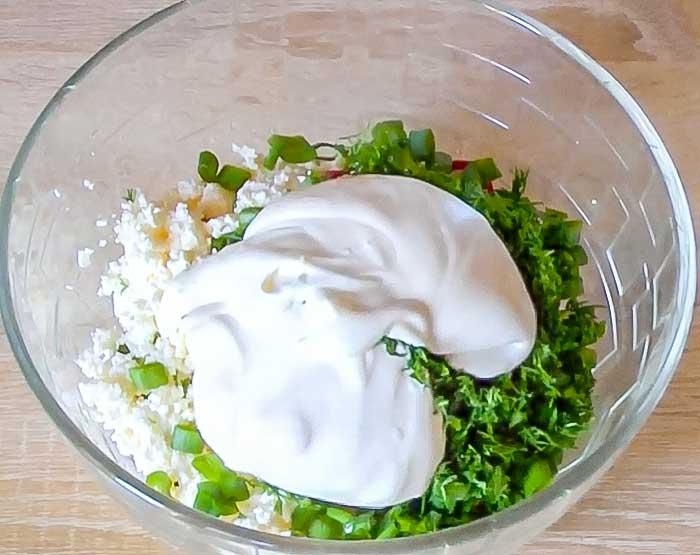 Положить смеатну в салат