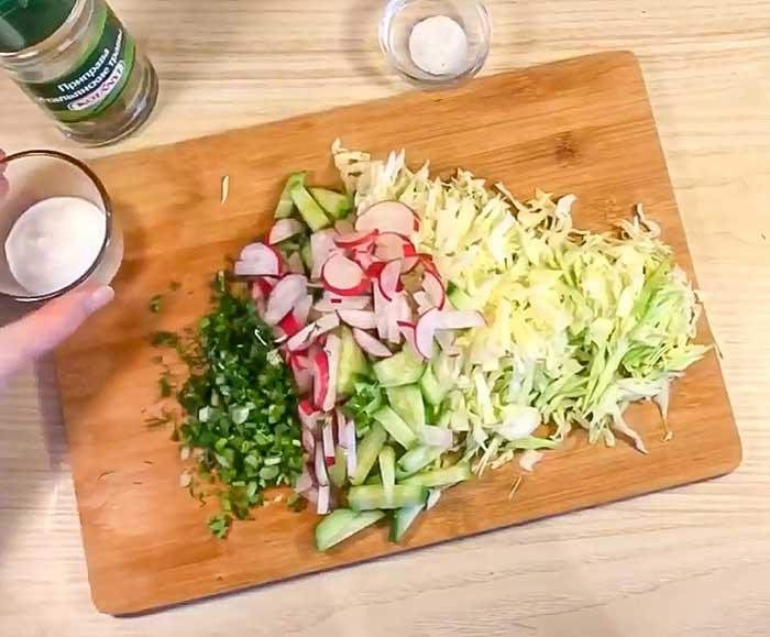 Нашинковать овощи для салата с редисом