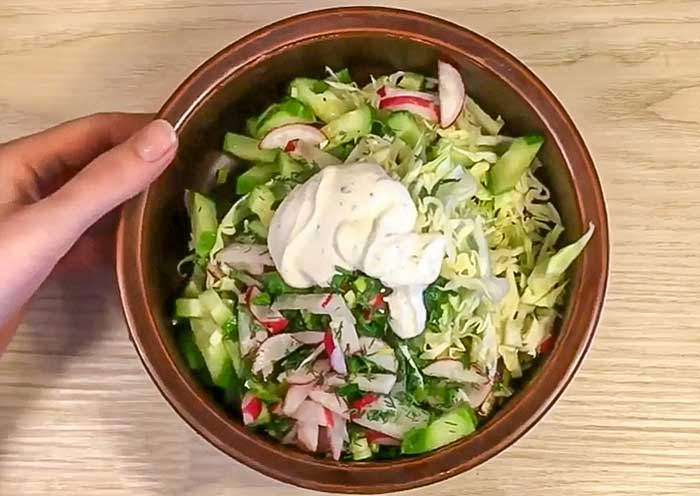 Запраавить салат из редиса и капусты сметаной