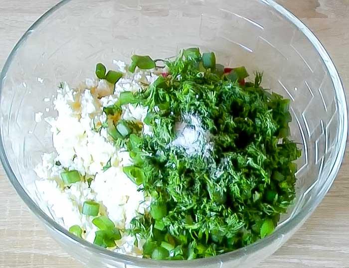 Посолить салат из редиса и творога