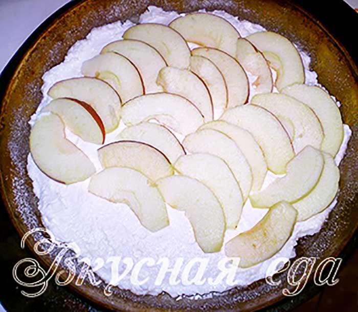 Выложить яблоки на творог