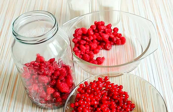Наполнить банки ягодами малины и смородины