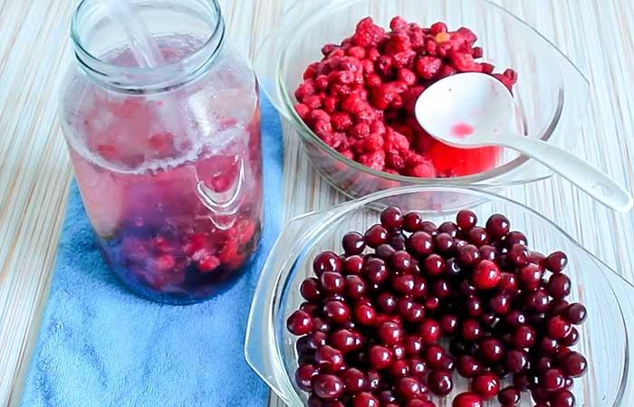 Залить ягоды и сахар кипятком
