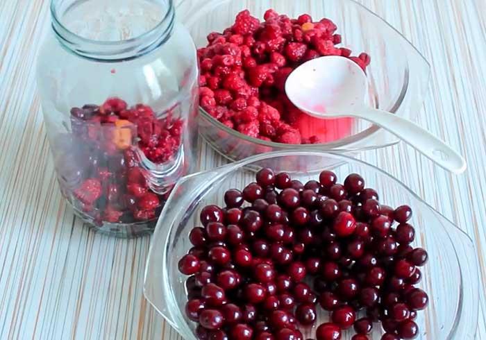 Наполнить банку ягодами