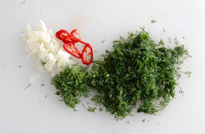 зелень и острый перец нарезать