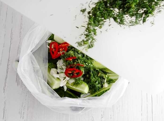 зелень и огурцы в пакете