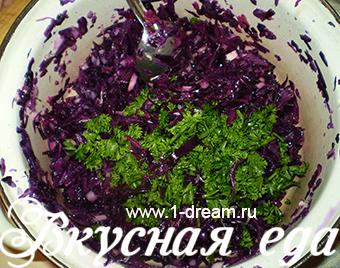 Режем зелень для салата