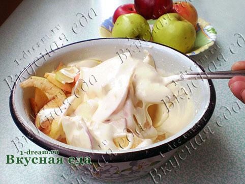 Перемешать тесто для шарлотки с яблоками