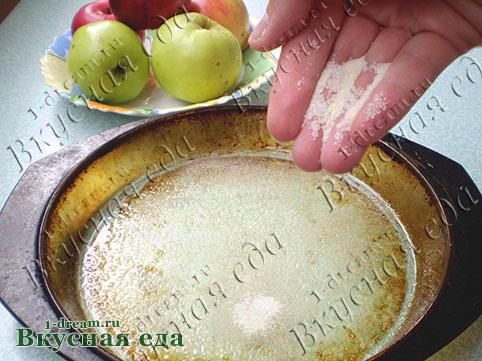 Готовим форму для шарлотки с яблоками