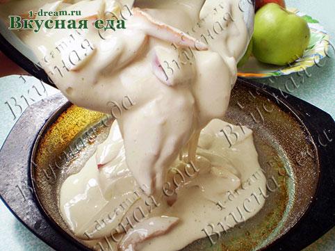 Выложить тесто с яблоками в форму для шарлотки