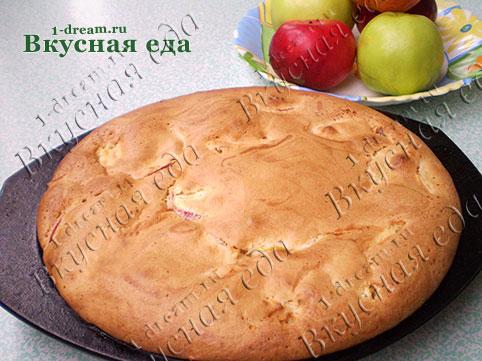 Шарлотка с яблоками испеклась