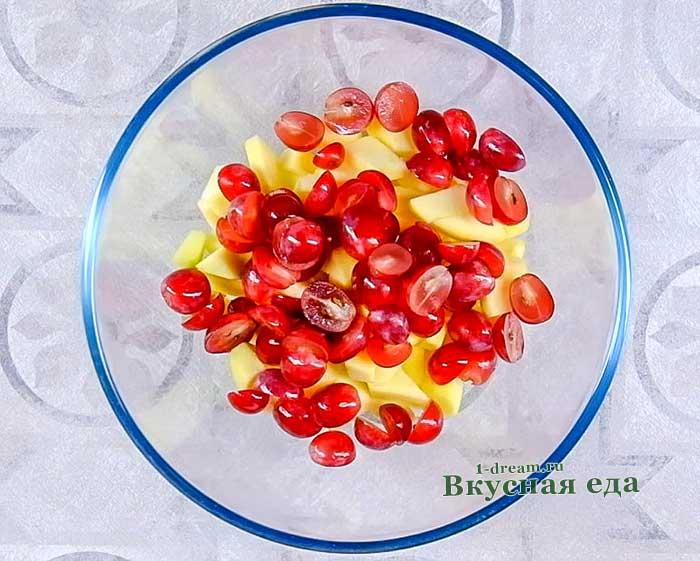 Выложить яблоки и виноград в салатник