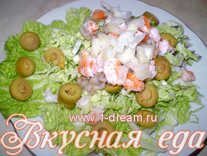 Добавить лук в салат с креветками и сыром без майонеза