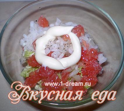В салат добавляем рис и майонез