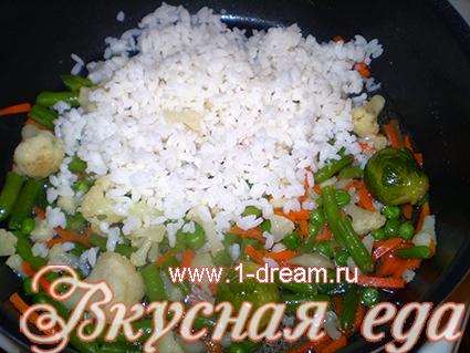 Рис отправляем в сковороду к овощам
