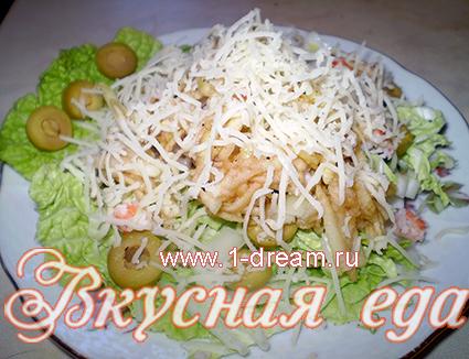 посыпать сыром салат из креветок и сыра