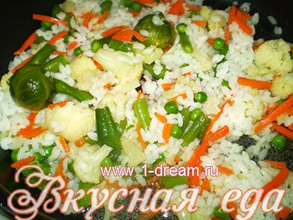 Рис и овощи перемешать