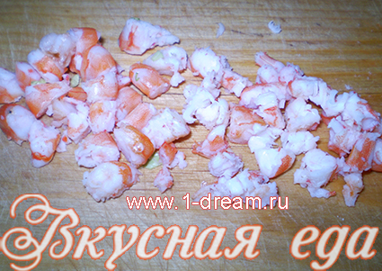 Порезать  креветки для салата из креветок и сыра