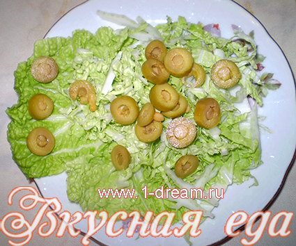 Положить оливки в салат с креветками и сыром
