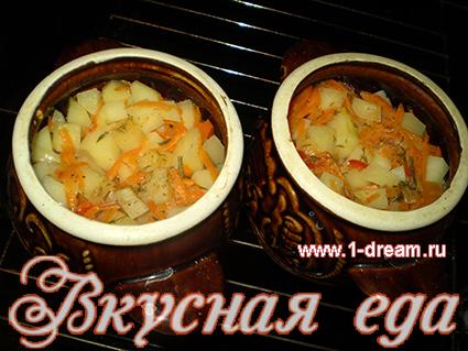 Вынимаем горшочки с картошкой