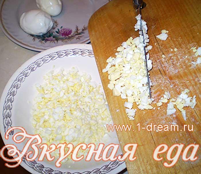 Яйца порезать
