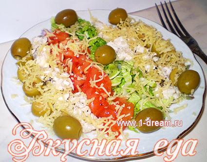 Красивый салат с курицей и оливками