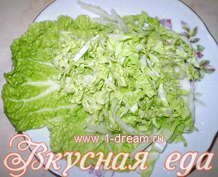 Выкладываем капусту на тарелку для салата с креветками