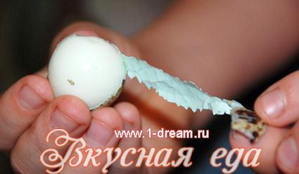 Как быстро почистить перепелиные яйца