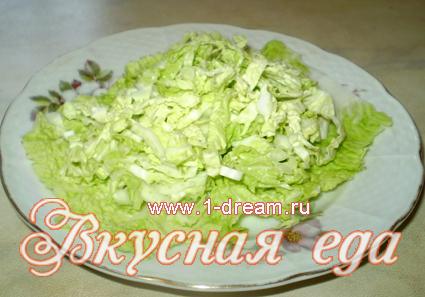 Кладем капусту в салат с креветками и помидорами