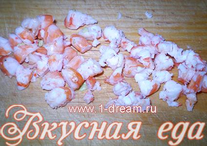 Порезать креветки для салата с креветками и помидорами