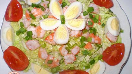 Салат с креветками, перепелиными яйцами и помидорами черри
