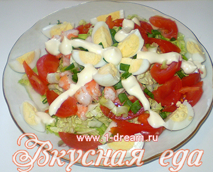 Заправить майонезом салат с креветками и помидорами