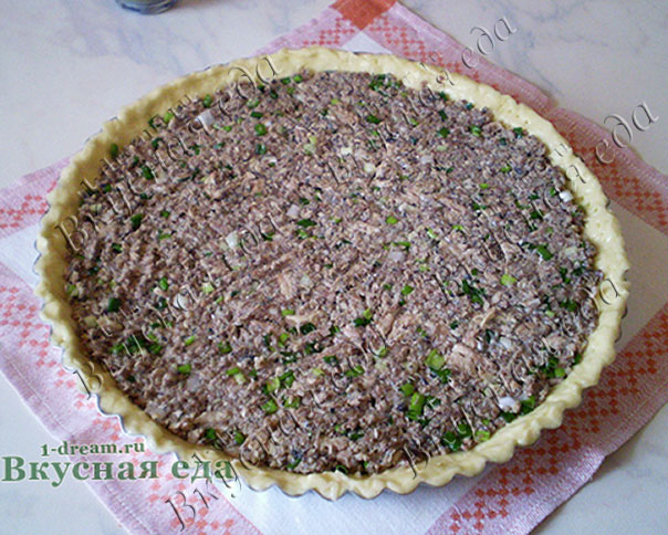 Начинку кладем на тесто для рыбного пирога