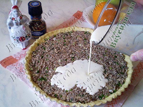 Вылить заливку в рыбный пирог