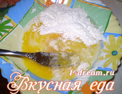 Взбить яйцо с мукой для кляра