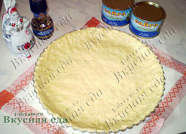 Тесто в форме для пирога с рыбой