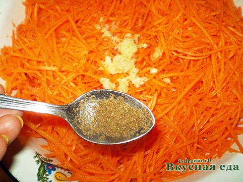 Добавиьт кориандр в морковь по-корейски