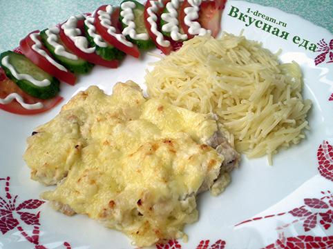 Куриное филе в сметане с сыром